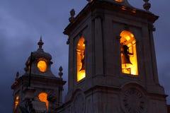 Spöklikt kyrkliga Klocka torn arkivfoton