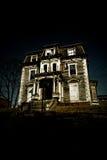 spöklikt spökat hus Arkivbild