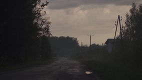 Spöklikt ställe med mist i aftonen med röda och läskiga magentafärgade livliga mörka färger och moln - allhelgonaaftontema - arkivfilmer