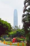 Spöklikt torn IFC2 och Hong Kong Park Royaltyfri Bild