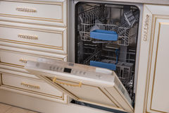Spülmaschinen-Gerät mit offener Tür lizenzfreie stockbilder