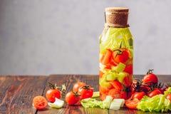 Spülwasser mit Tomate und Sellerie Stockbild