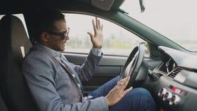 Spęczenie i gniewny mieszany biegowy biznesmena obsiadanie wśrodku jego samochodu outdoors obrazy royalty free