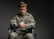 Spęczenie niepełnosprawny wojskowy ma świeczkę w rękach zdjęcie royalty free