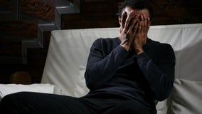 Spęczenie stratą, Afrykański mężczyzna dopatrywania dopasowanie na TV zdjęcia royalty free