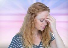 Spęczenie stresujący się zmartwiony dziewczyny aainst abstrakta tło Obrazy Royalty Free
