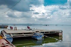 Spławowa tratwa robić stal i plastikowy wiadro Z łódkowatymi silnikami zdjęcia stock