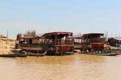Spławowa wioska na Tonle aproszie jeziorny Kambodża, Siem Przeprowadza żniwa zdjęcie stock