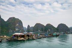 Spławowa wioska rybacka w brzęczeniach Tęsk zatoka, Wietnam Obrazy Royalty Free