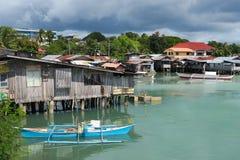 Spławowa wioska rybacka z Nieociosanymi łodziami - Tagbilaran, Filipiny Obraz Royalty Free