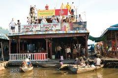 Spławowa wioska. Tonle Aprosza jezioro. Kambodża. fotografia royalty free