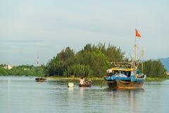 Spławowe łodzie na Thu bonie rzeczny pobliski antyczny Hoi zdjęcie stock