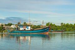 Spławowe łodzie na Thu bonie rzeczny pobliski antyczny Hoi obraz royalty free