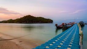 Spławowego mosta molo dla turysty obrazy stock