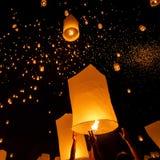 Spławowi lampiony podczas Yi Peng festiwalu Fotografia Stock