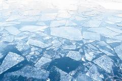 Spławowi lodowi floes na wodzie - lukrowy zimy tło Obrazy Royalty Free