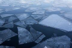 Spławowi lodowi floes na wodzie - lukrowy zimy tło Obraz Stock