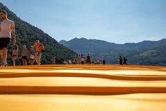 Spławowi mola: kolor żółty i ludzie Fotografia Stock
