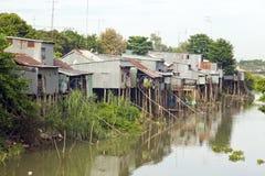 spławowi targowi slamsy zbliżają fabrykę, Mekong delta, Vietnam Fotografia Stock