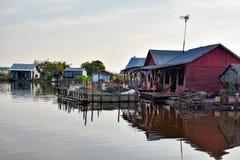 Spławowi wioska domy blisko Siem Przeprowadzają żniwa w Kambodża zdjęcie stock