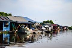 Spławowi wioska domy blisko Siem Przeprowadzają żniwa w Kambodża obrazy royalty free