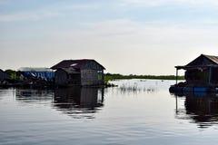 Spławowi wioska domy blisko Siem Przeprowadzają żniwa w Kambodża fotografia royalty free