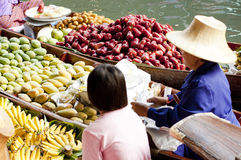Spławowy Damnoen Rynek Saduak, Tajlandia Zdjęcie Royalty Free