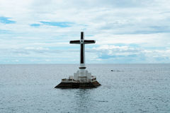 Spławowy krzyż przy Zapadniętym cmentarzem, Filipiny zdjęcia royalty free