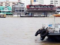 Spławowy pasażerski molo dla małego rzecznego skrzyżowania promu statku i przewiezionej prędkości łodzi Zdjęcia Stock