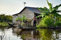 Spławowy wioska dom z mężczyzna blisko Siem Przeprowadza żniwa w Kambodża fotografia royalty free