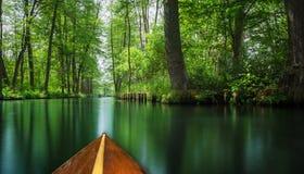 Spływowej linii bomblowania las blisko Berlin podróżował na drewnianej paddle łodzi Obraz Royalty Free