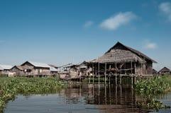 Spławowa wioska przy Inle jeziorem Zdjęcia Stock