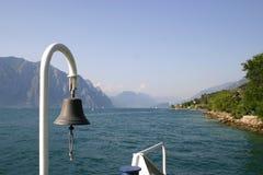 Spławowy prom przez jezioro Zdjęcia Royalty Free