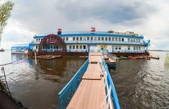Spławowy restauracyjny Scriabin na Volga rzece w lecie da Zdjęcie Stock