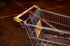 Sp?rvagn fr?n supermarket p? natten som parkerar upp slut royaltyfri foto