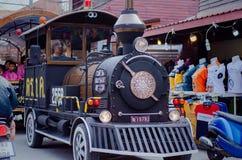 Sp?rvagnen turnerar runt om staden arkivfoton