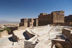spłuczka blisko tradycyjnej Sanaa wioski Yemen Zdjęcie Royalty Free