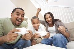 Spaß-Afroamerikaner-Familie, die Videospiele spielt Lizenzfreies Stockfoto