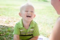 Spaß-Außenseite: Zusammen lachen lizenzfreies stockfoto