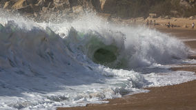 Spaß auf dem Strand Nazaré, Portugal lizenzfreies stockbild
