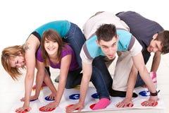 Spaß beim Spielen von Twister Lizenzfreies Stockbild