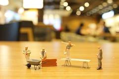 Spaß der Arbeitskraft am Erbauer mit Ziegelsteinen Stockfotos