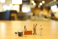 Spaß der Arbeitskraft am Erbauer mit Ziegelsteinen Lizenzfreie Stockbilder