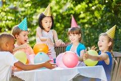 Spaß an der Geburtstagsfeier der Kinder stockbilder