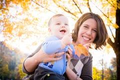 Spaß draußen mit Mamma Lizenzfreie Stockfotos