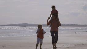 Spaß durch das Meer stock video footage
