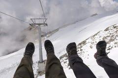 Spaß in einem Skisessellift haben Stockbild