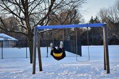 Spaß in einem Winterspielplatz stockbild