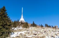 Spaß gemachter Berg mit einzigartigem Fernsehübermittler nahe Liberec, Tschechische Republik Lizenzfreie Stockfotografie