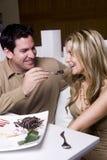 Spaß habende und feiernde Paare lizenzfreie stockfotos